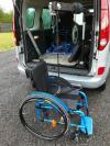 La grue de coffre Carolif 40 pour soulever un fauteuil roulant
