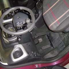 télécommande au volant, pédale d'accélérateur à gauche et frein de parking